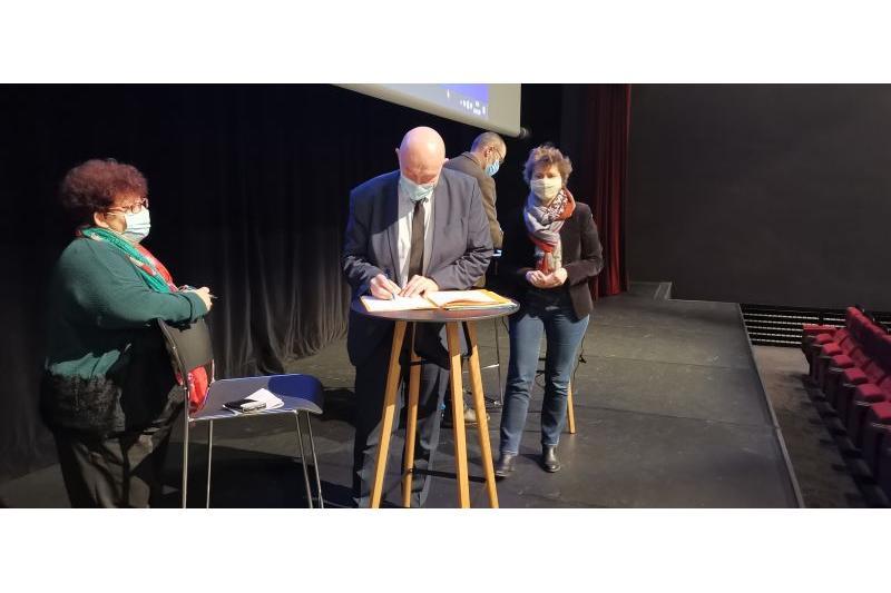 Signature de la convention cadre par Stéphane Haussoulier, président du Syndicat Mixte