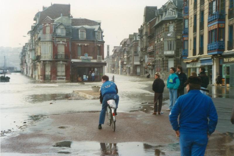 Submersions marines (années 1990) avant enrochement et chantier de défense, rue Boimare Mers les Bains