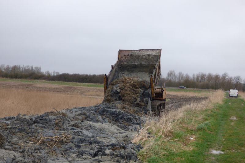 Dépôt des matériaux de déblai sur la digue de renclôture