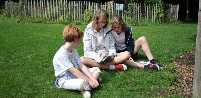 Les enfants se retrouvent autour du jeu de piste Chevalier Lamarck