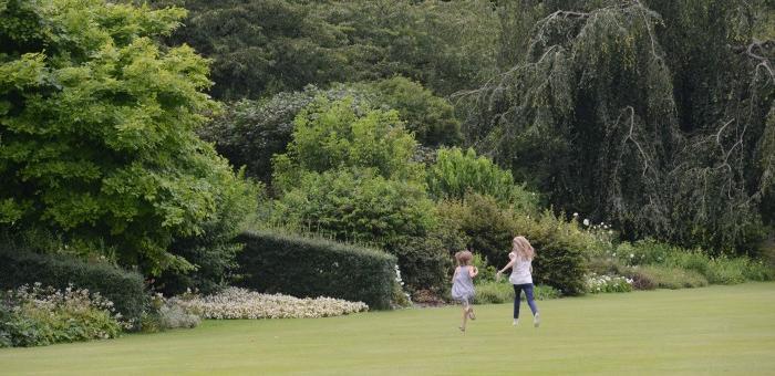Profiter de la grande pelouse pour courir et découvrir les jardins