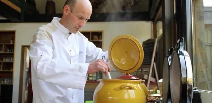 Le cuisinier Edouard Tempez aux fourneaux