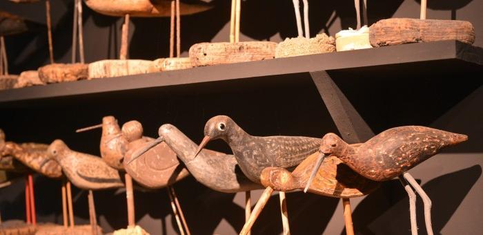Salle consacrée aux Blettes, sculptures d'oiseaux en bois